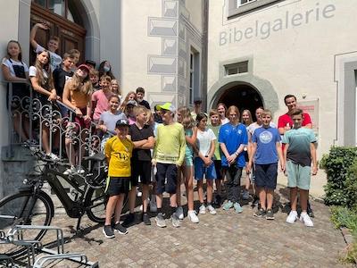 Schüler-Gruppenfoto vor der Bibelgalerie Meersburg